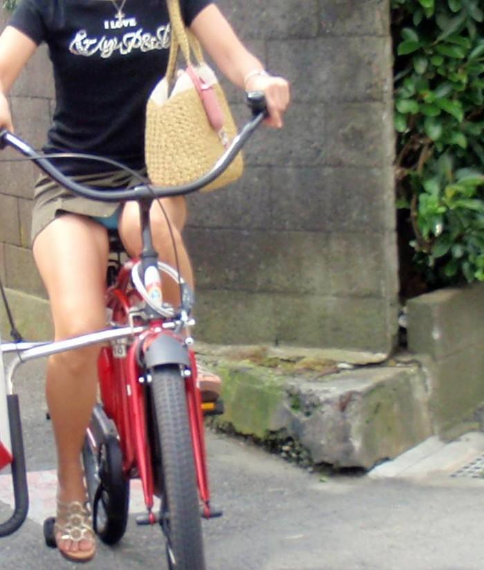 【街撮りパンチラエロ画像】街中で見かけたパンチラ女子を隠し撮りしたったww 17