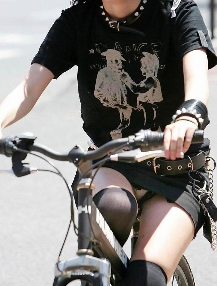 【街撮りパンチラエロ画像】街中で見かけたパンチラ女子を隠し撮りしたったww 23