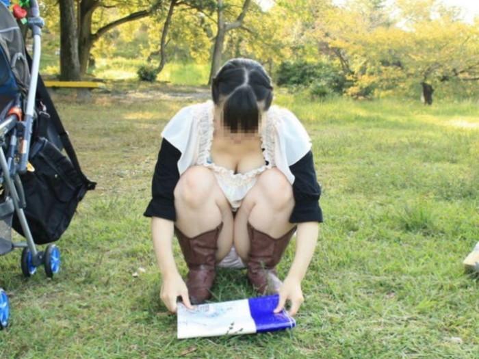 【街撮りパンチラエロ画像】街中で見かけたパンチラ女子を隠し撮りしたったww 24