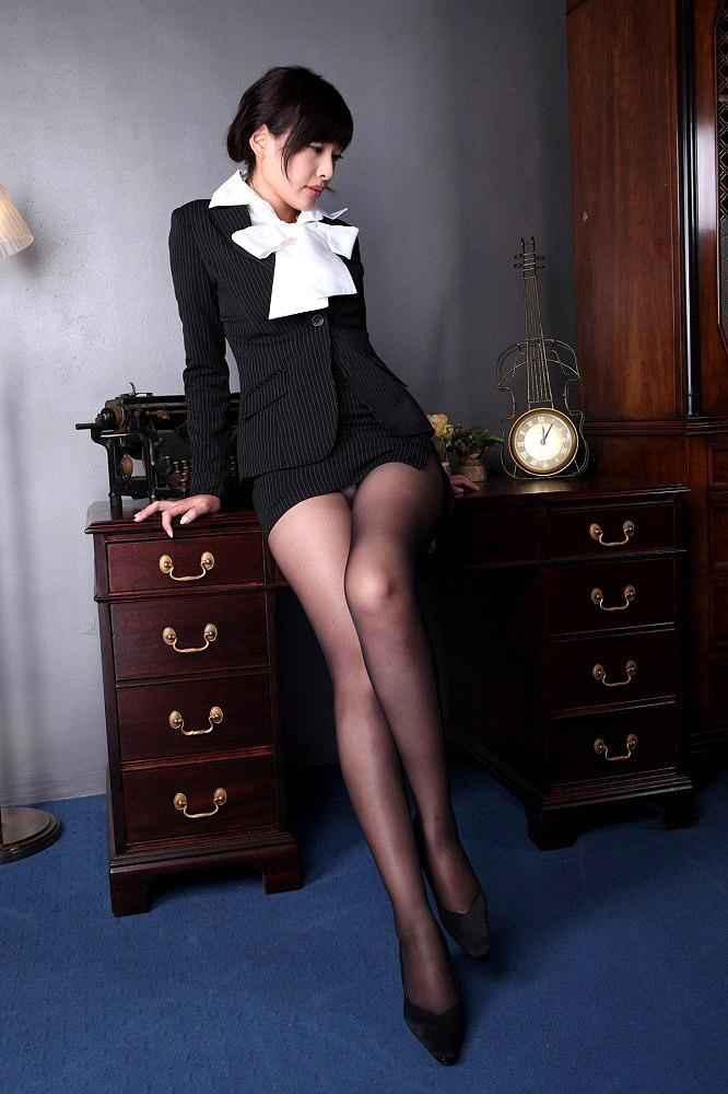 【ミニスカ美脚エロ画像】女の子のミニスカートからスラリと伸びる脚線美! 03