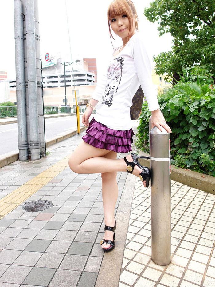 【ミニスカ美脚エロ画像】女の子のミニスカートからスラリと伸びる脚線美! 04
