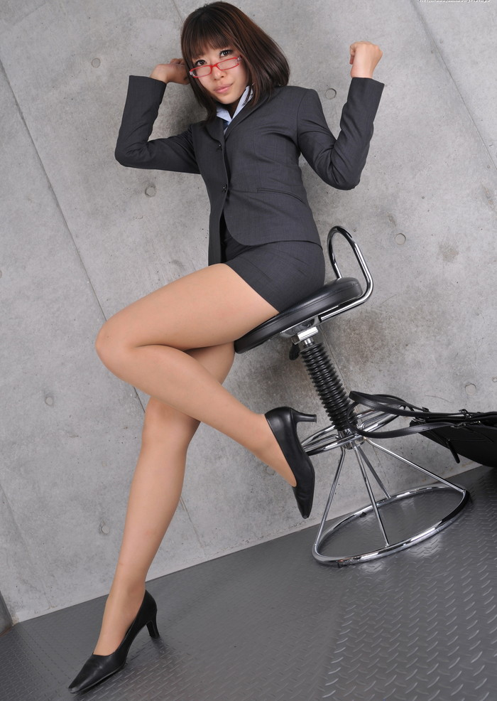 【ミニスカ美脚エロ画像】女の子のミニスカートからスラリと伸びる脚線美! 07