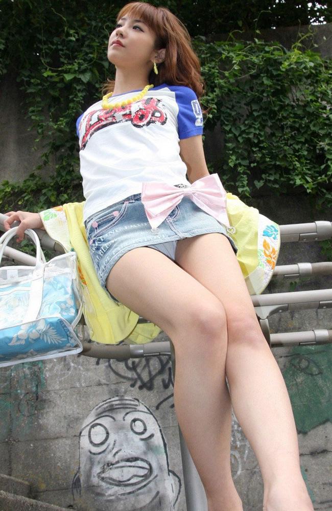 【ミニスカ美脚エロ画像】女の子のミニスカートからスラリと伸びる脚線美! 10