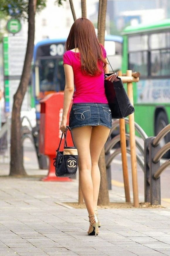 【ミニスカ美脚エロ画像】女の子のミニスカートからスラリと伸びる脚線美! 19