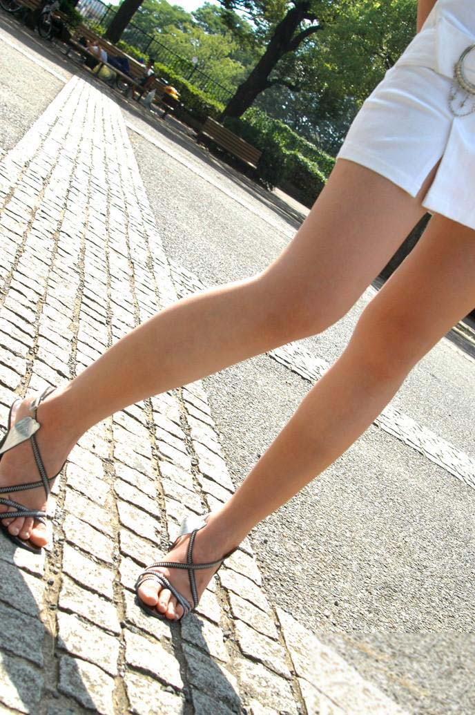 【ミニスカ美脚エロ画像】女の子のミニスカートからスラリと伸びる脚線美! 22