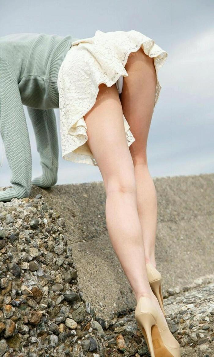 【ミニスカ美脚エロ画像】女の子のミニスカートからスラリと伸びる脚線美! 25