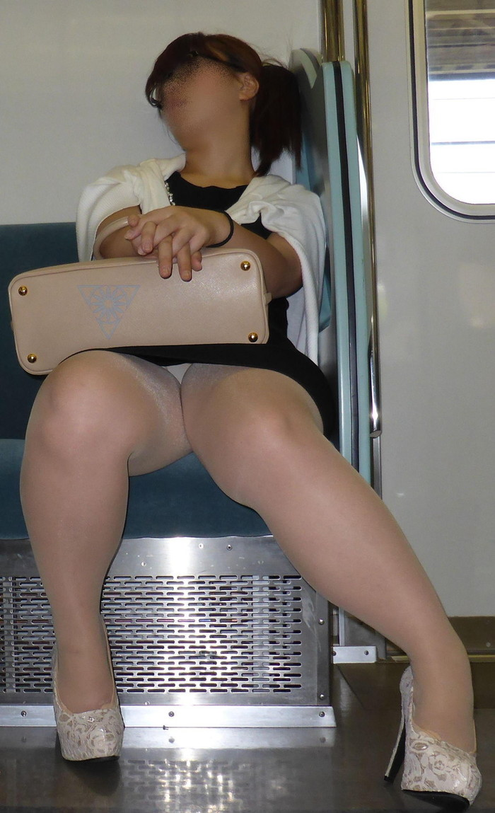 【電車内エロ画像】電車内で油断した女たちを盗撮!?女性陣、ご注意www 10