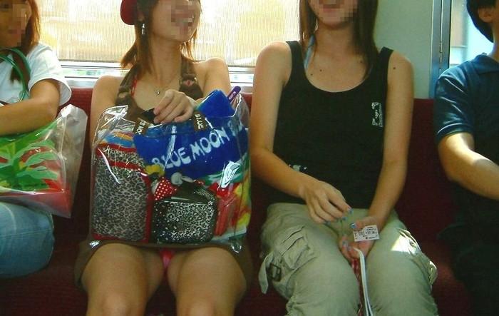 【電車内エロ画像】電車内で油断した女たちを盗撮!?女性陣、ご注意www 16
