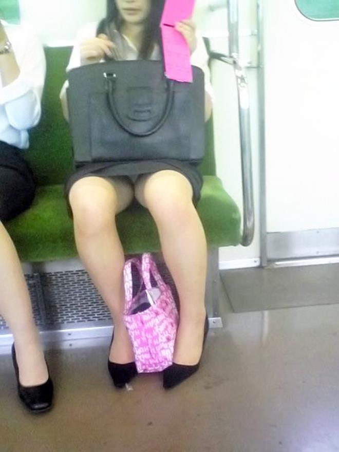 【電車内エロ画像】電車内で油断した女たちを盗撮!?女性陣、ご注意www 18