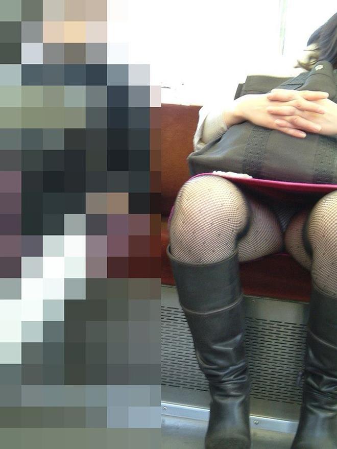 【電車内エロ画像】電車内で油断した女たちを盗撮!?女性陣、ご注意www 20