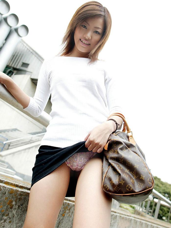 【セルフパンチラエロ画像】自らスカート捲くってパンツを見せ付ける、セルフパンチラw 13
