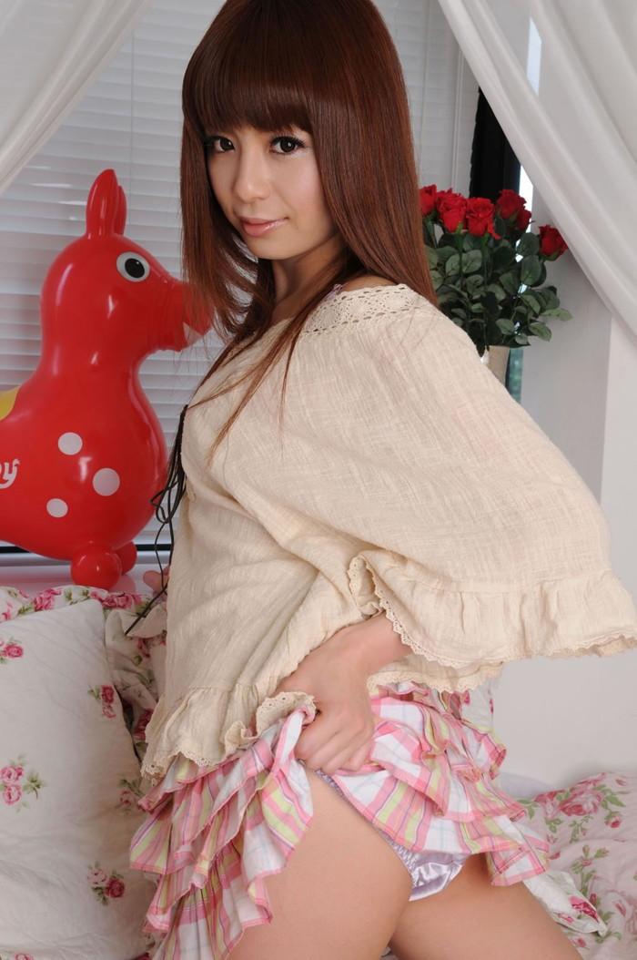 【セルフパンチラエロ画像】自らスカート捲くってパンツを見せ付ける、セルフパンチラw 22
