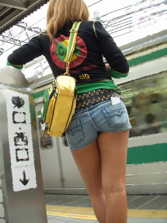 【ホットパンツエロ画像】街中で見かけるホットパンツで誘ってる女!www 表紙