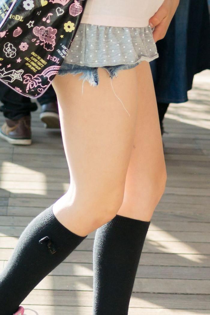 【ホットパンツエロ画像】街中で見かけるホットパンツで誘ってる女!www 04