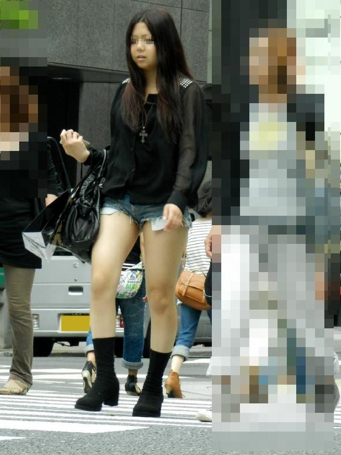【ホットパンツエロ画像】街中で見かけるホットパンツで誘ってる女!www 06