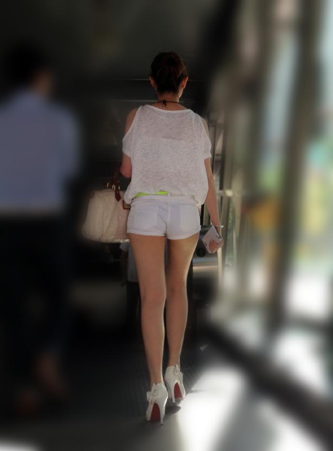 【ホットパンツエロ画像】街中で見かけるホットパンツで誘ってる女!www 09