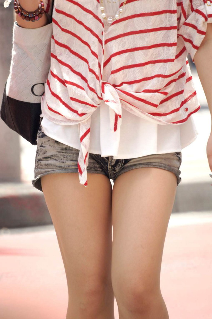 【ホットパンツエロ画像】街中で見かけるホットパンツで誘ってる女!www 11
