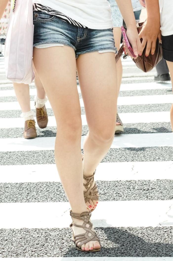 【ホットパンツエロ画像】街中で見かけるホットパンツで誘ってる女!www 13