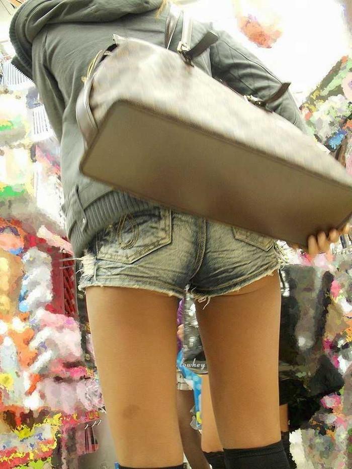 【ホットパンツエロ画像】街中で見かけるホットパンツで誘ってる女!www 14