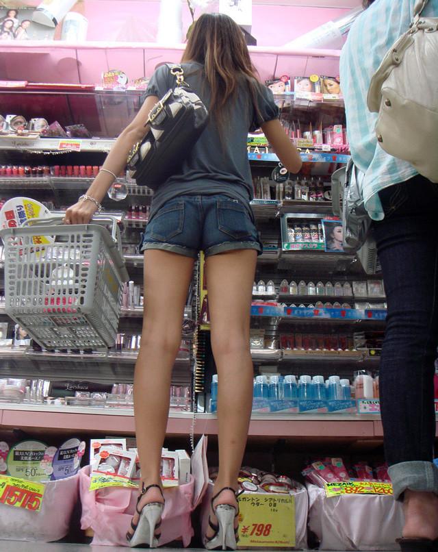 【ホットパンツエロ画像】街中で見かけるホットパンツで誘ってる女!www 18
