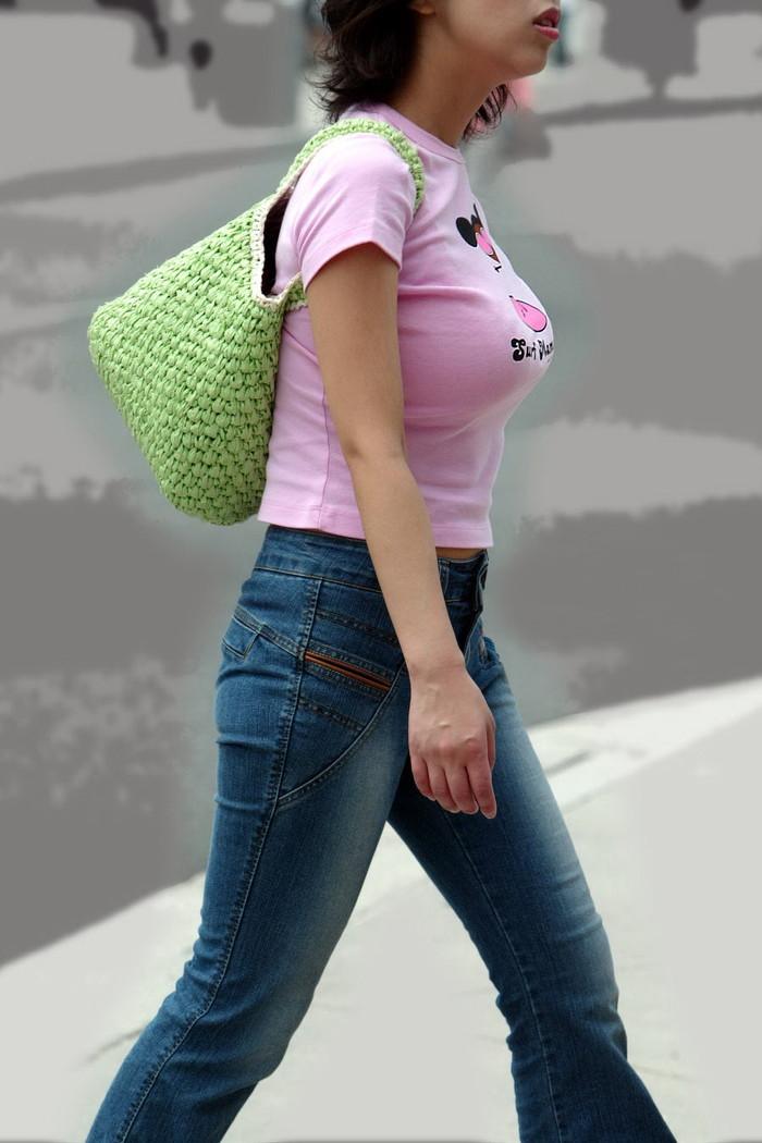 【着衣巨乳エロ画像】着衣の上からでも存在感がパネェ!着衣巨乳な女の子! 10