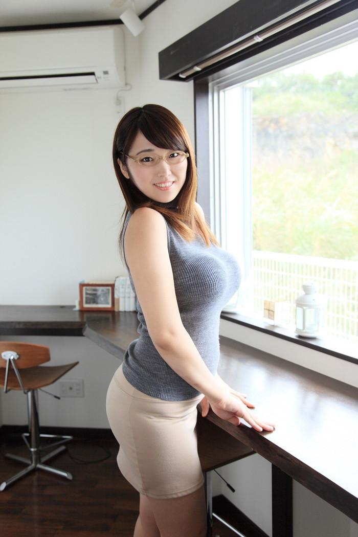 【着衣巨乳エロ画像】着衣の上からでも存在感がパネェ!着衣巨乳な女の子! 17
