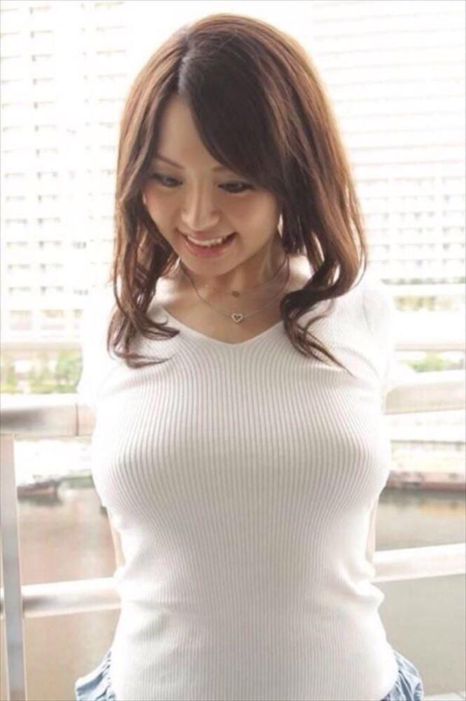【着衣巨乳エロ画像】着衣の上からでも存在感がパネェ!着衣巨乳な女の子! 21