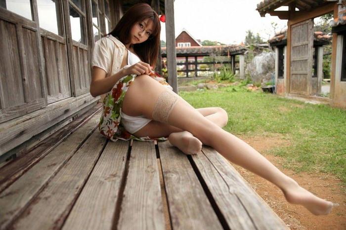 【美脚エロ画像】思わずナマツバを飲んで見とれてしまう美脚の女の子たち! 09