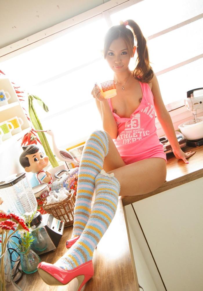 【美脚エロ画像】思わずナマツバを飲んで見とれてしまう美脚の女の子たち! 18