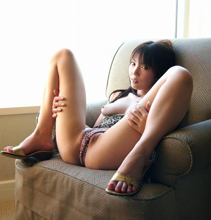 【M字開脚エロ画像】M字に開脚されるとついつい股間に目がいってしまうのは男の性! 20