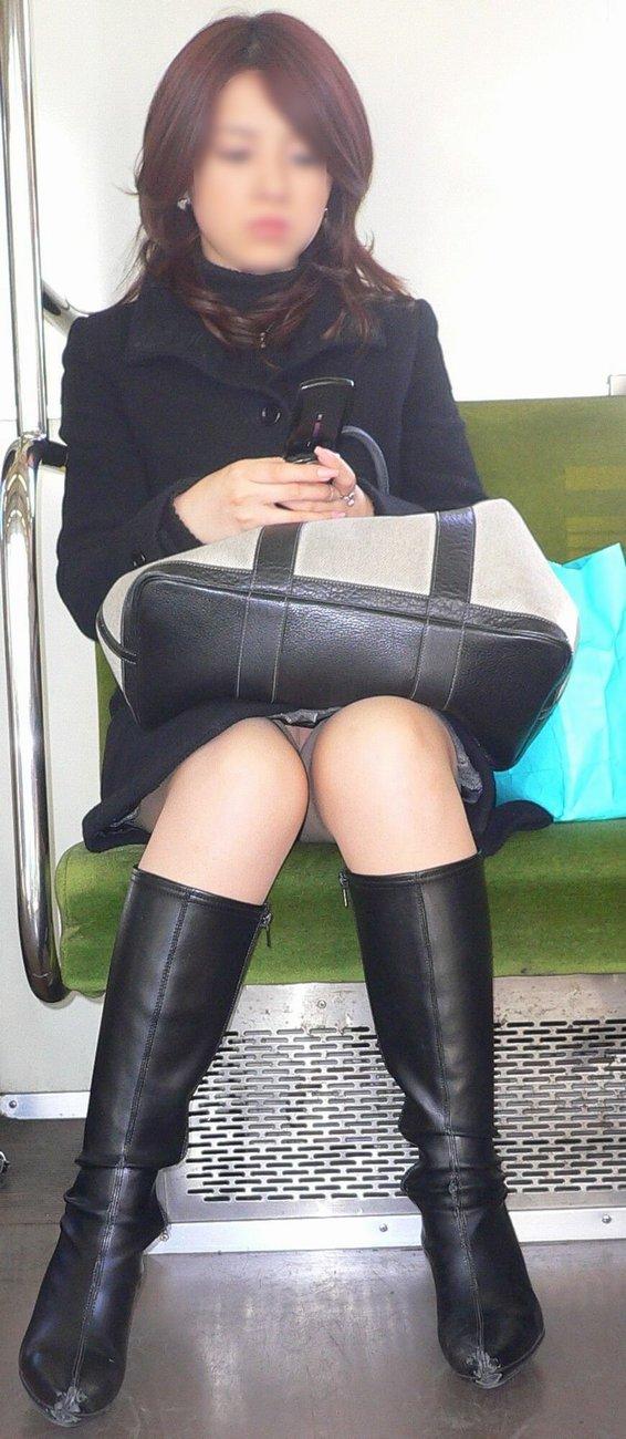 【対面パンチラエロ画像】電車内で対面に座った女の股間が気になって仕方ないww 01