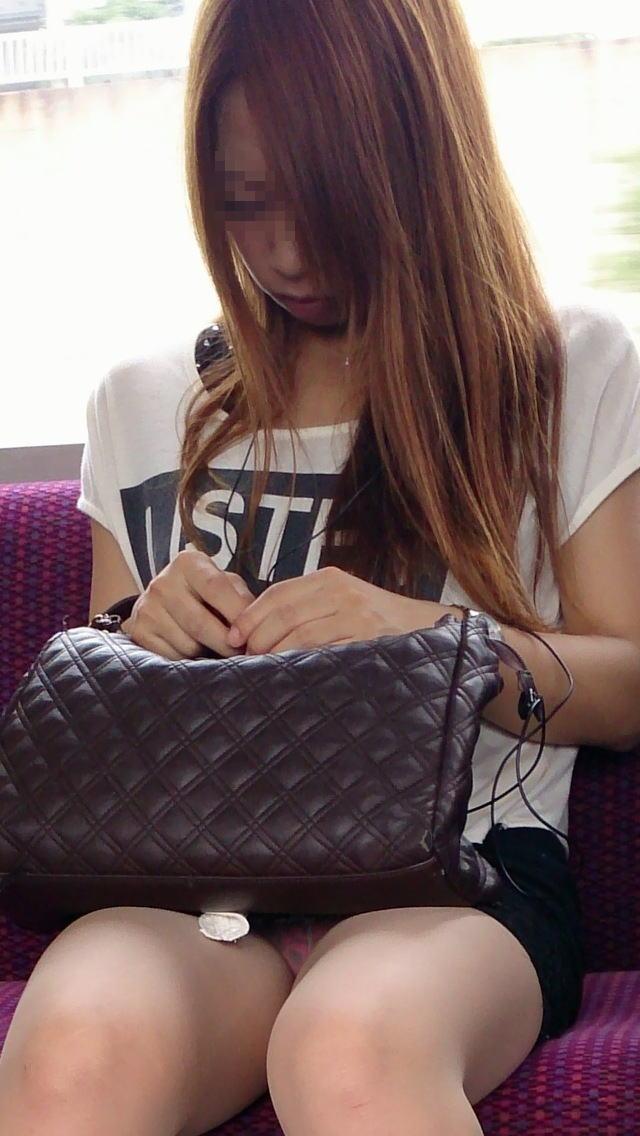 【対面パンチラエロ画像】電車内で対面に座った女の股間が気になって仕方ないww 02