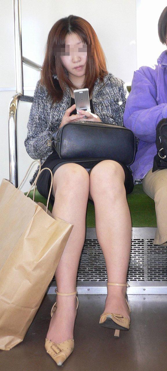 【対面パンチラエロ画像】電車内で対面に座った女の股間が気になって仕方ないww 03