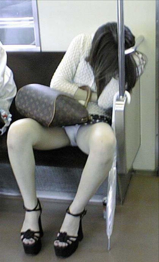 【対面パンチラエロ画像】電車内で対面に座った女の股間が気になって仕方ないww 07