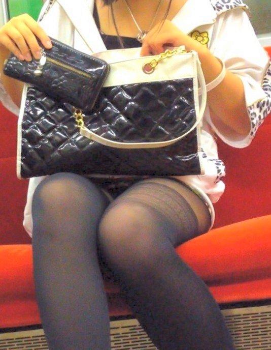 【対面パンチラエロ画像】電車内で対面に座った女の股間が気になって仕方ないww 14