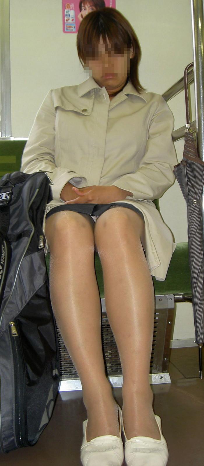 【対面パンチラエロ画像】電車内で対面に座った女の股間が気になって仕方ないww 20