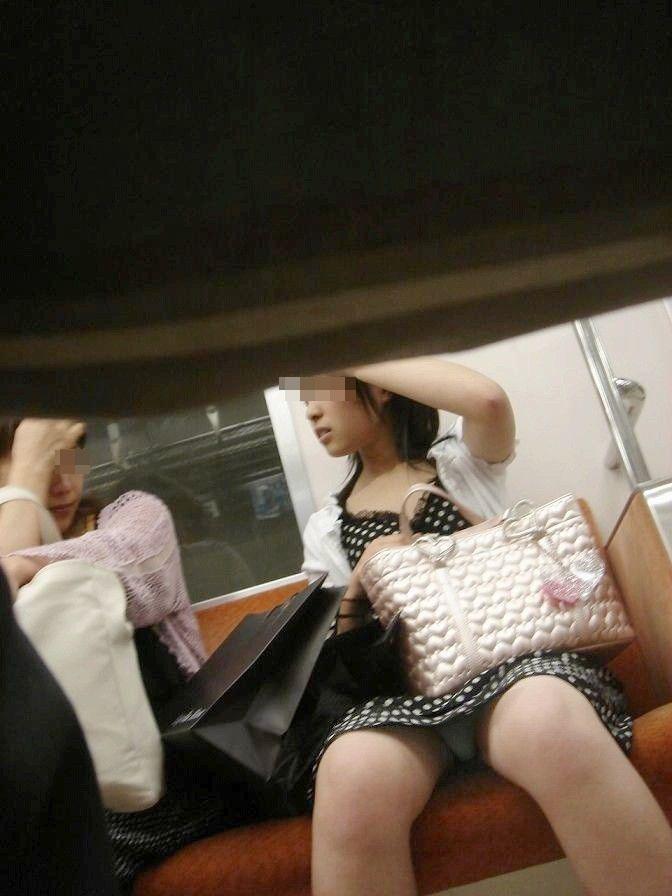 【対面パンチラエロ画像】電車内で対面に座った女の股間が気になって仕方ないww 22