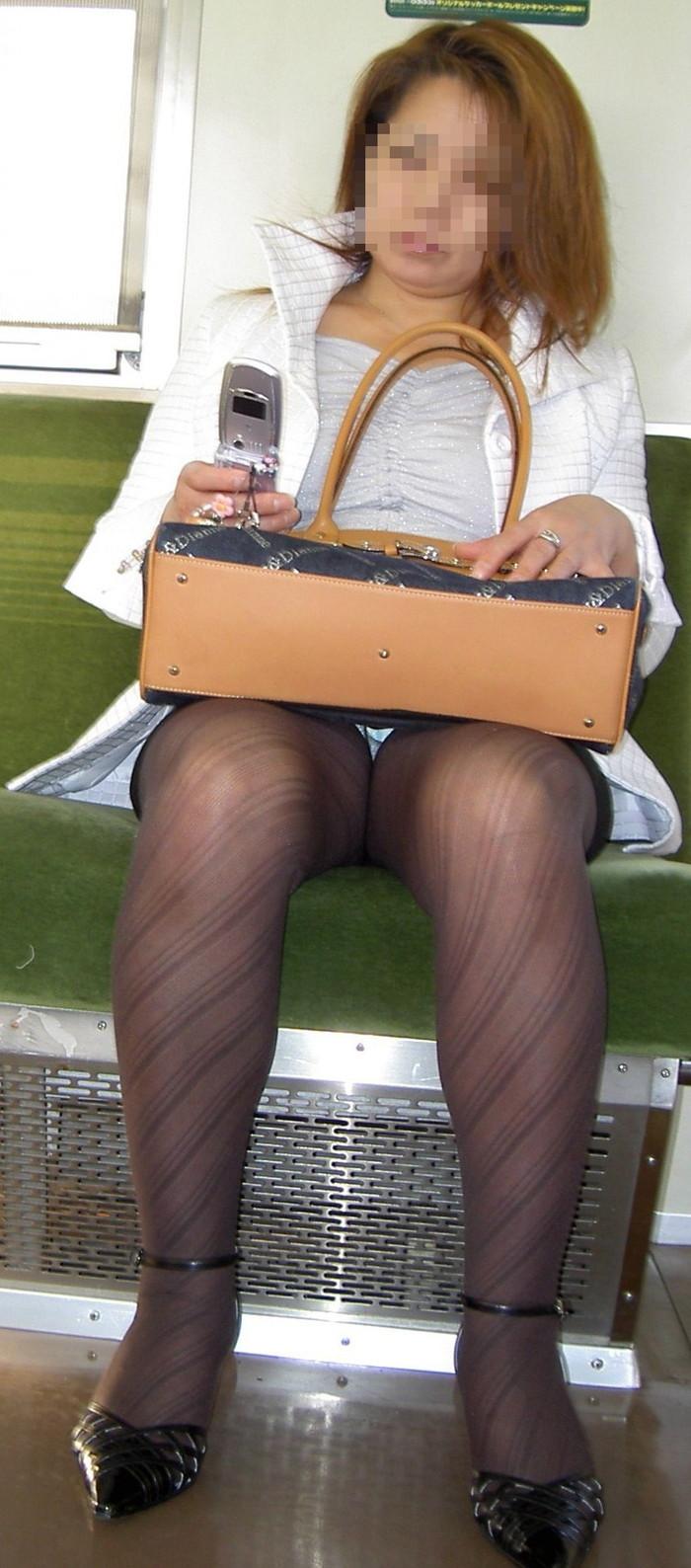 【対面パンチラエロ画像】電車内で対面に座った女の股間が気になって仕方ないww 24