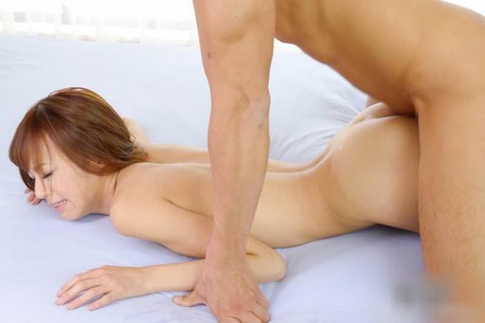 【寝バックエロ画像】横たわった女の子の後ろからズブリと挿入してみたwww 10
