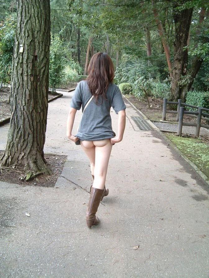 【野外露出エロ画像】大胆露出!野外で潔い脱ぎっぷりの素人娘!www 02
