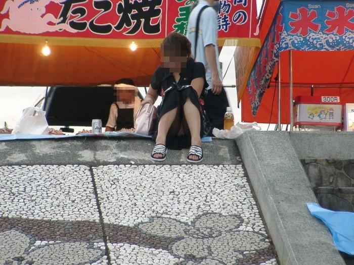 【街撮りパンチラエロ画像】街中で見かけたパンチラしてる女子の画像集めたったw 15