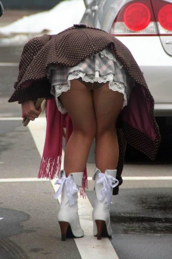 【街撮りパンチラエロ画像】街中で見かけたパンチラしてる女子の画像集めたったw 18