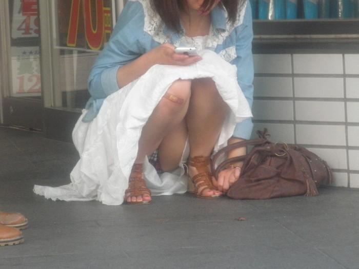 【街撮りパンチラエロ画像】街中で見かけたパンチラしてる女子の画像集めたったw 20