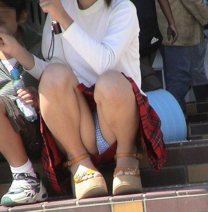 【街撮りパンチラエロ画像】街中で見かけたパンチラしてる女子の画像集めたったw 23
