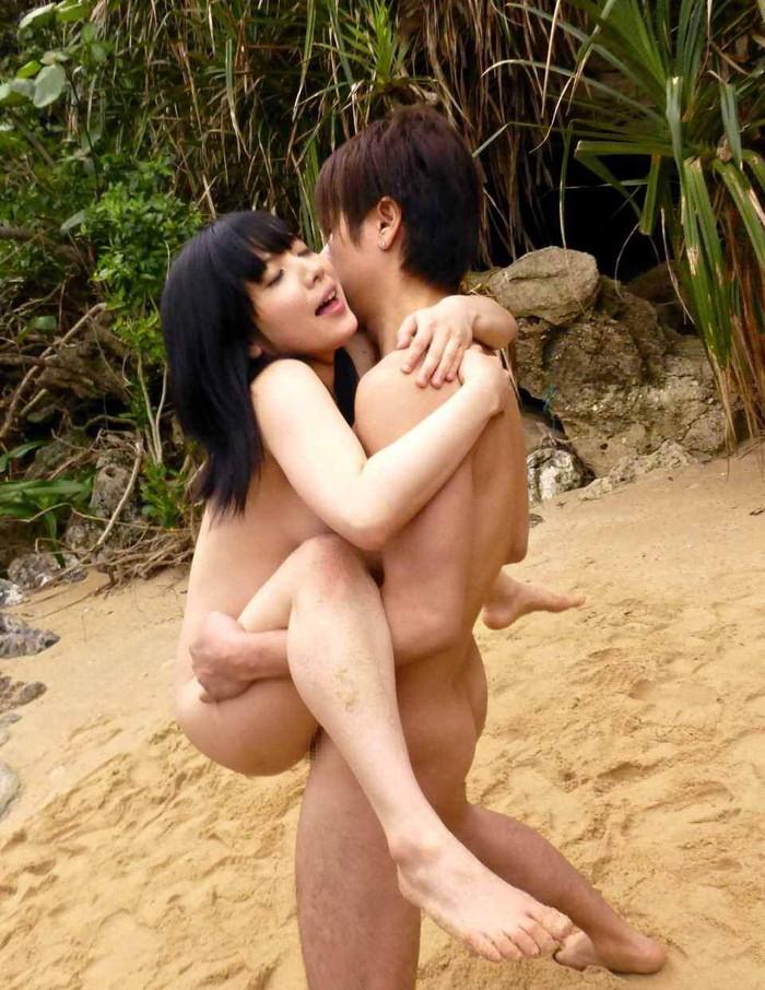 【青姦エロ画像】無謀にも野外で気持ちイイ事に励んでいる青姦カップルたちのエロ画像 25
