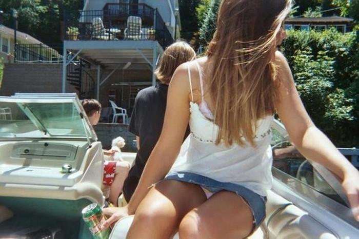 【海外パンチラエロ画像】海外の女の子だって街中でパンチラしちゃうんだぜw