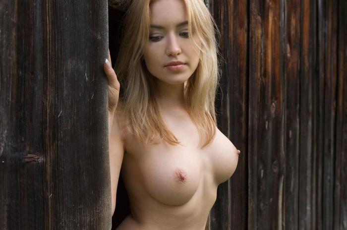 真っ白で美形な白人美女のエロ画像