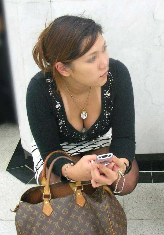 【街撮り胸チラエロ画像】油断した素人たち!緩んだ胸元を狙われた!?www 04