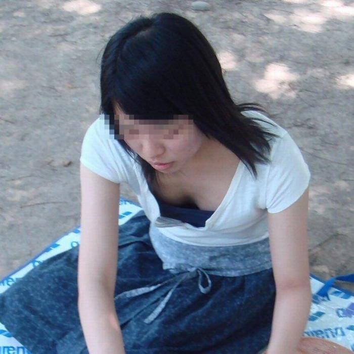 【街撮り胸チラエロ画像】油断した素人たち!緩んだ胸元を狙われた!?www 08