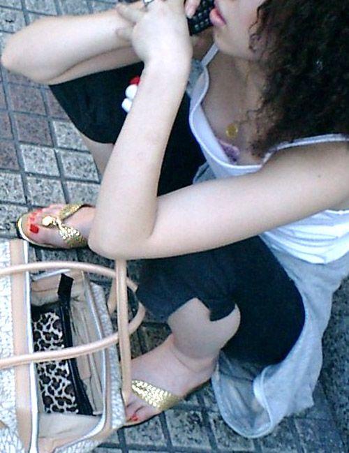 【街撮り胸チラエロ画像】油断した素人たち!緩んだ胸元を狙われた!?www 09